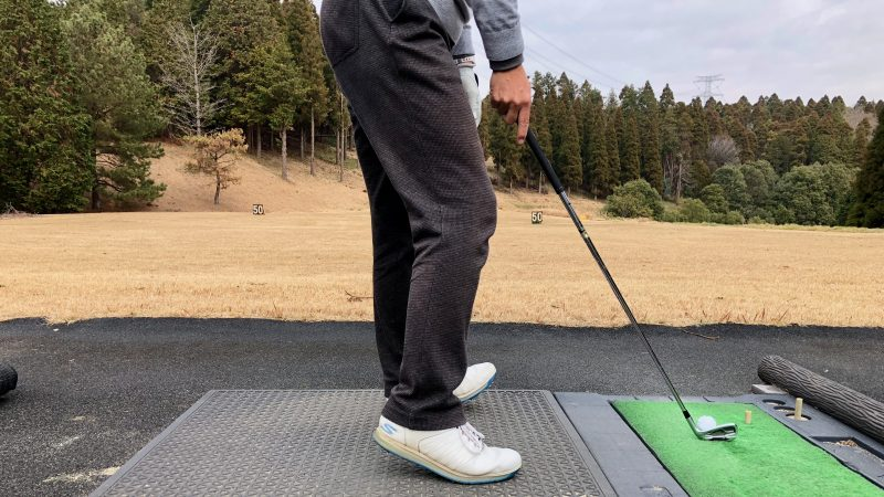 GEN-TENゴルフコースレッスン重心位置右足つま先左足カカト重心の写真
