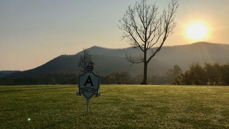GEN-TENゴルフコースレッスンアルパインGRティイングエリアと朝陽の写真