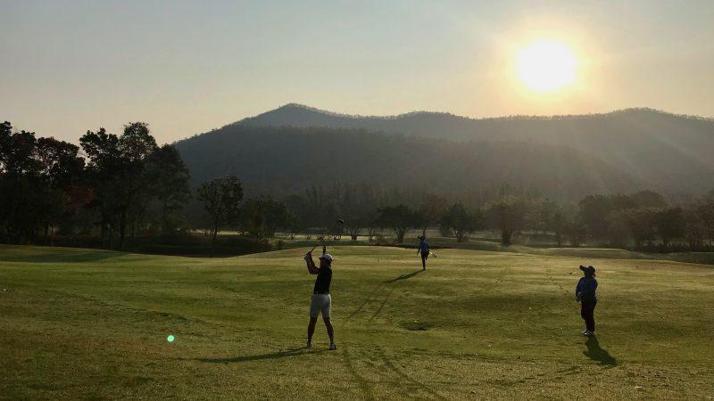 GEN-TENゴルフコースレッスンアルパインGRセカンドショットと朝陽の写真