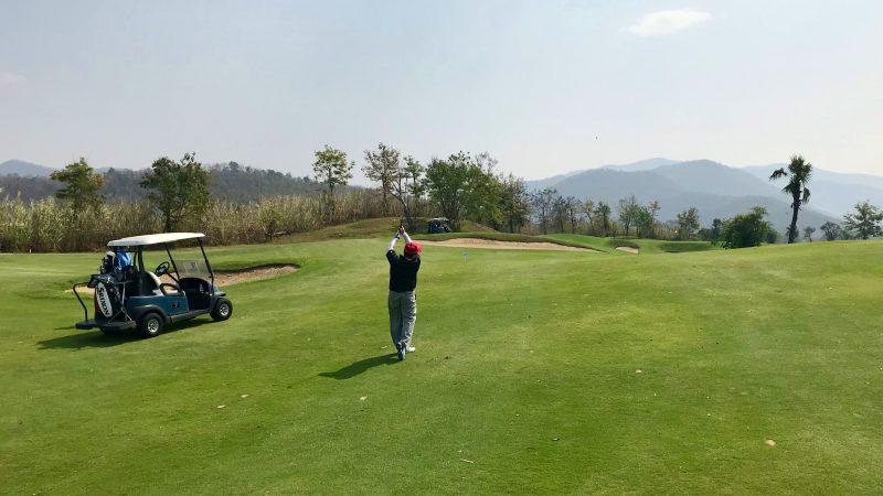GEN-TENゴルフコースレッスンアルパインGR左足上がりショットの写真
