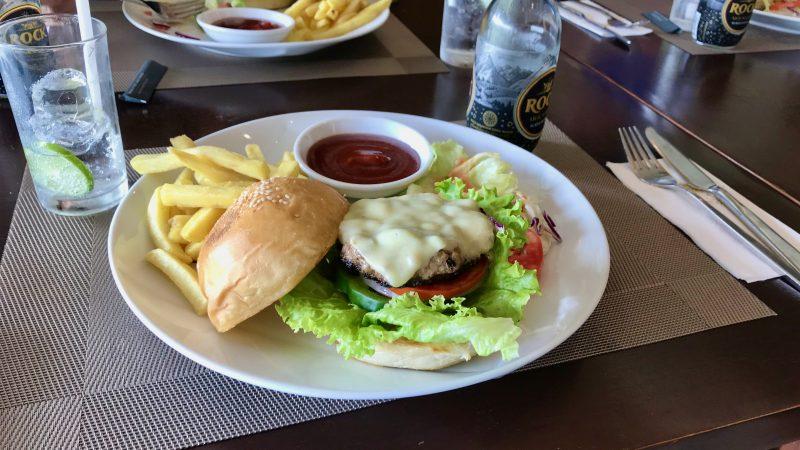 GEN-TENゴルフコースレッスンアルパインGR昼食ハンバーガーの写真