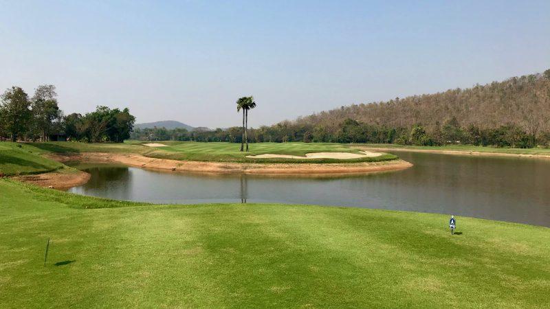 GEN-TENゴルフコースレッスンアルパインGRティから池越えの写真