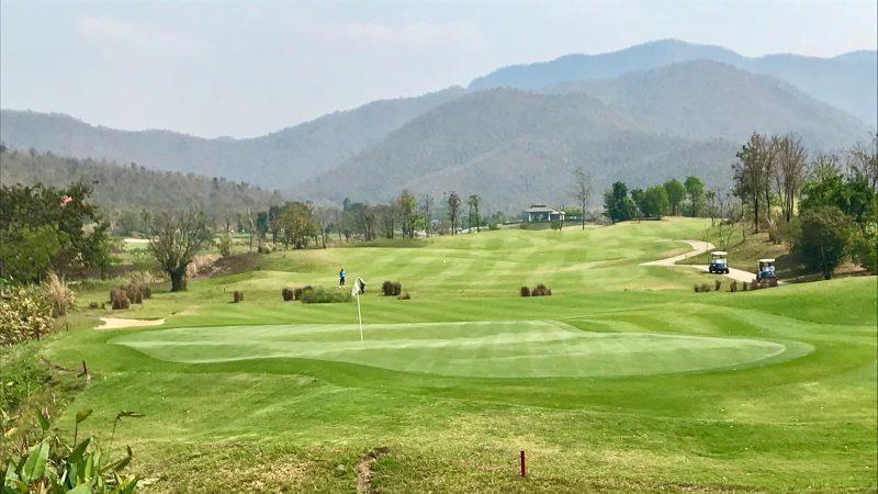 GEN-TENゴルフコースレッスンアルパインGRグリーンバックからの写真