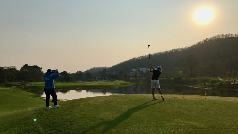 GEN-TENゴルフコースレッスンアルパインGRティショットと夕陽の写真