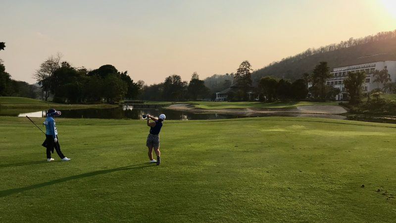 GEN-TENゴルフコースレッスンアルパインGRティショットと夕陽の写真②