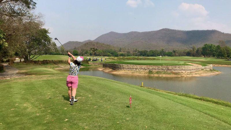 GEN-TENゴルフコースレッスンアルパインGRティショット女性の写真