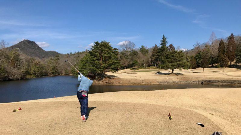 GEN-TENゴルフコースレッスン千刈CCハーフラウンドPar3ティショットの写真